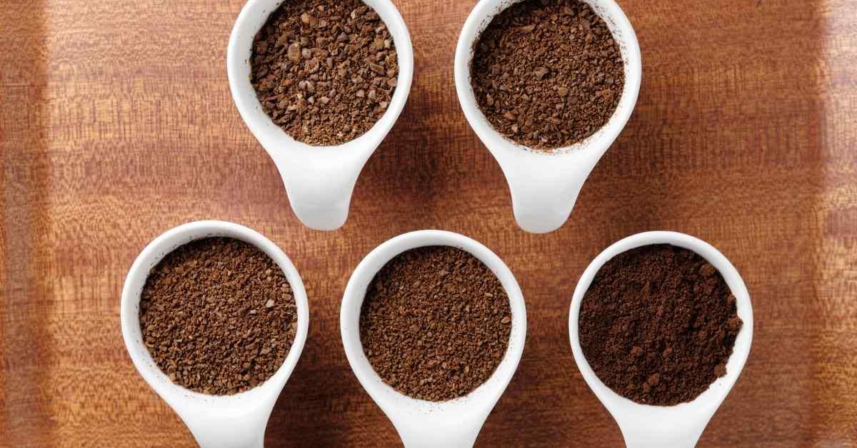 コーヒー 豆を挽く