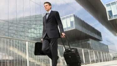営業カバン|男性は黒い革で信頼度演出|顧客に信頼される