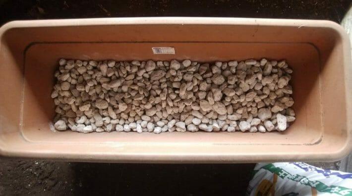 プランターの底が見えなくなるまで、鉢底石を敷く